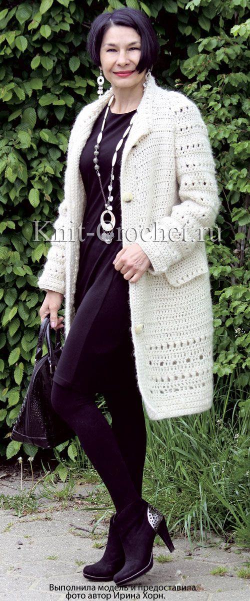 Женское пальто размера 42-46 с отделкой на спинке, связанное крючком.