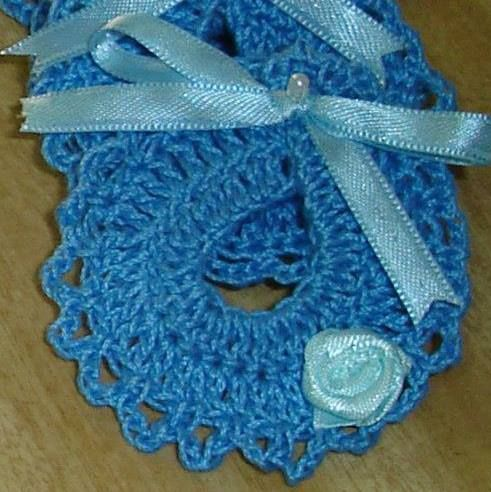 Souvenirs nacimiento tejidos al crochet, mini baberos,
