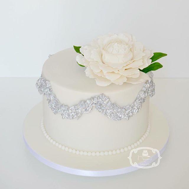 Bolo de Casamento Civil: Bolo de Chocolate com Brigadeiro Branco, coberto e decorado com Pasta Americana. Decoração: Peônia de açúcar.