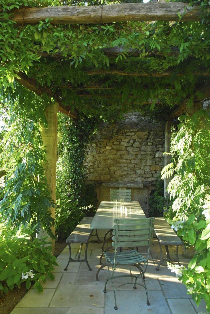 Une terrasse ombragée par la nature foisonnante.