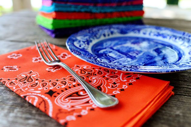 Here's why bandanas make great cloth napkins: They're cheap, they come in lots of different colors, they're stylish no matter what the rest of your decor is, and once you wash and dry them once, they start to get nice and soft.   by Ree Drummond / The Pioneer Woman: Bandanas Cut Clothing, Diy Crafts Ideas, Cakes Tables, Bandanas Napkins, Parties Ideas, Bright Colors, Bandanas Decor, Cloth Napkins, Clothing Napkins