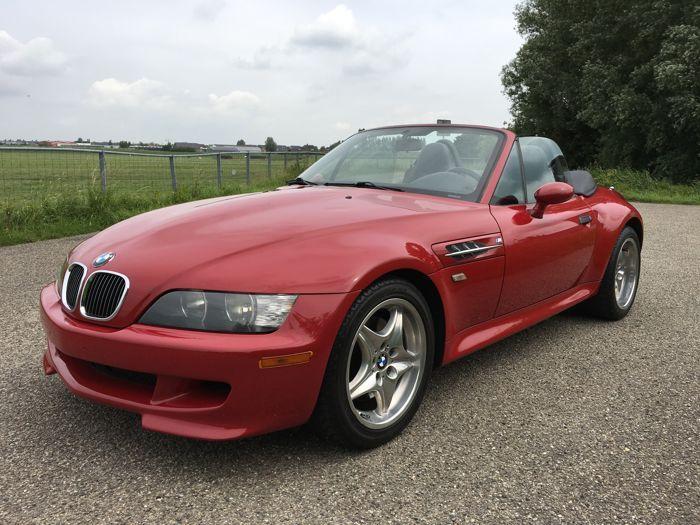 BMW - Z3 M Roadster - 1999  BMW Z3 M RoadsterBouwjaar: Augustus 1999 Chassisnummer: WBSCK9343YLC91285Originele mijlenstand: 145.000 Kleurcode: BMW Imolarot 2Uitgevoerd met de S52 3.2L 6 cilinder motor gekoppeld aan een handgeschakelde 5 bak. Aantal eigenaren: 3 De elektrisch bedienbare softtop werkt prima en heeft geen beschadigingen.De auto is origineel voorzien van een hardtop wat een zeer unieke optie is op een Z3 Ook is de auto uitgevoerd met een zeer mooi zwart interieur. De auto is…