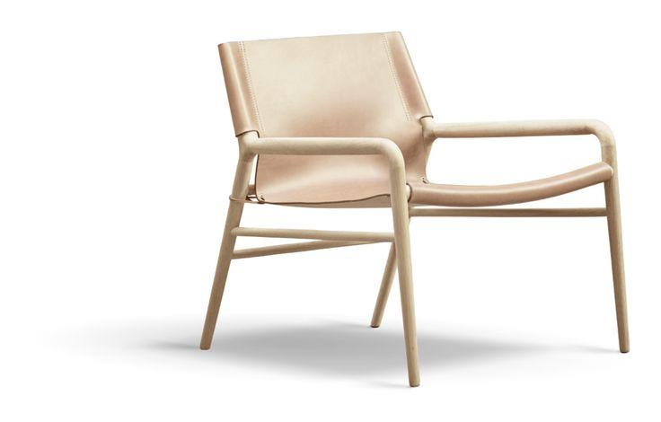 Rama Chair är en fåtölj från OX Denmarq som utstrålar just den enkelhet och elegants som definierar dansk design. Fåtöljen har alla de egenskaper man är van vid från OX Denmarq, både i design och material. Benställningen går att få i tre olika varianter där du väljer mellan obehandlad, såpad eller svartbetsad ek. Alla dessa kan dessutom kompletteras med läder i fyra olika naturligt färgade läder av otrolig kvalité.