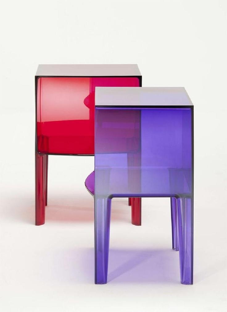 Comò Ghost Buster, un piccolo cubo  quadrato in plastica, sorretto da quattro gambe, disponibile interamente trasparente, colorato o mat.