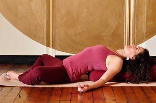 УПРАЖНЕНИЯ ОТ БОЛИ В СПИНЕ ПОСЛЕ РАБОЧЕГО ДНЯ. Эти упражнения, основанные на асанах йоги, очень эффективны потому, что естественны для нашего тела. Каждое утро после сна всем хочется потянуться, мы неосознанно принимаем подобные положения, чтобы р…
