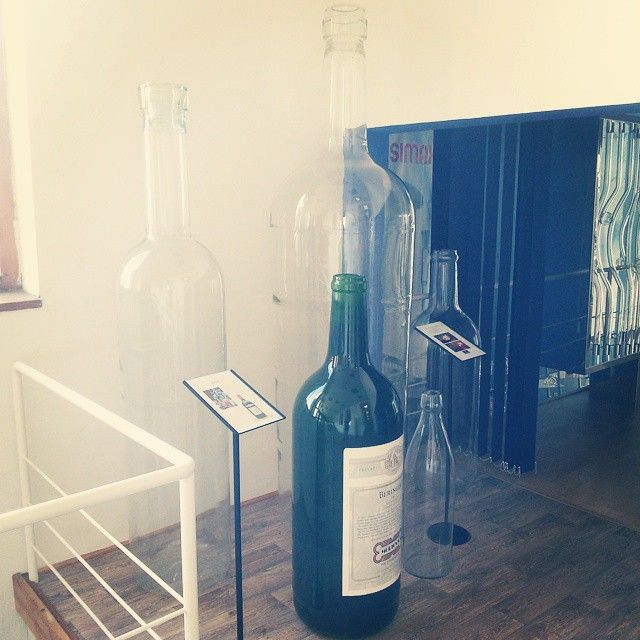 Zkoušíme správnou velikost láhve pro vaše víno. / Chosing the right size of bootle for our house wine. #thirwinebar