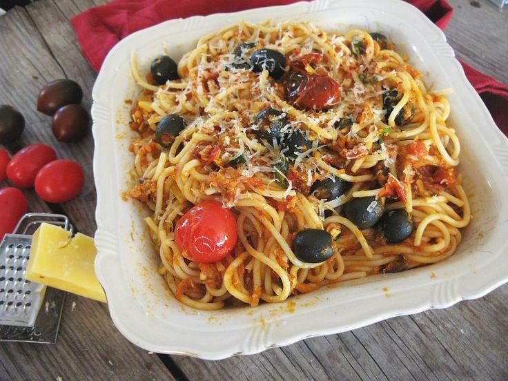 Dziś czuję się jak prawdziwa włoska matrona. Na stole zaraz wyląduje wielka micha pasty - nic, tylko jeść! Z tego, co widzę, w Polsce makaron z rybą najczęściej oznacza danie…