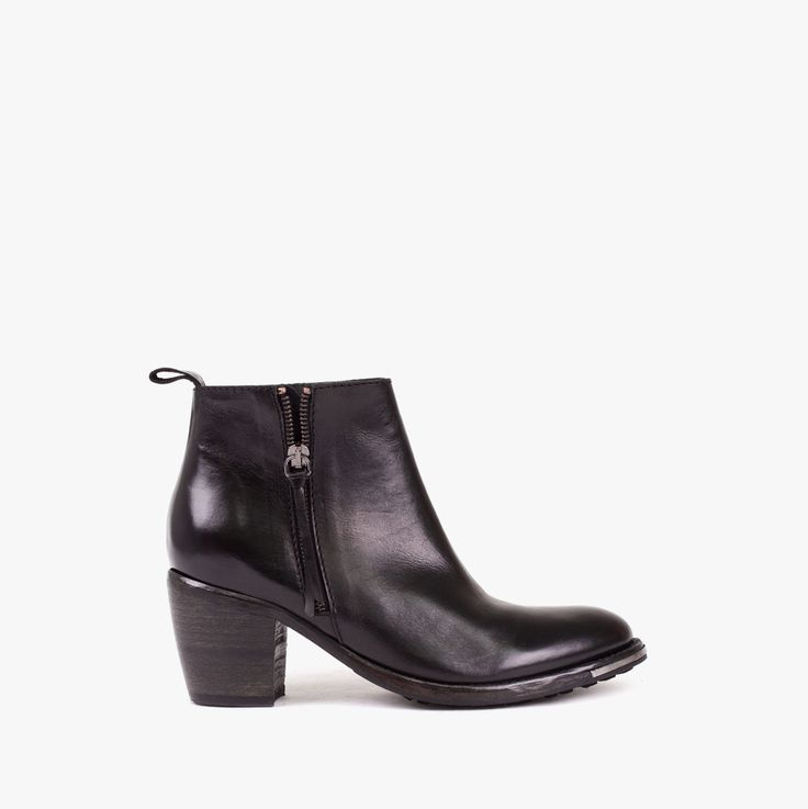 Ankle boot with metal details