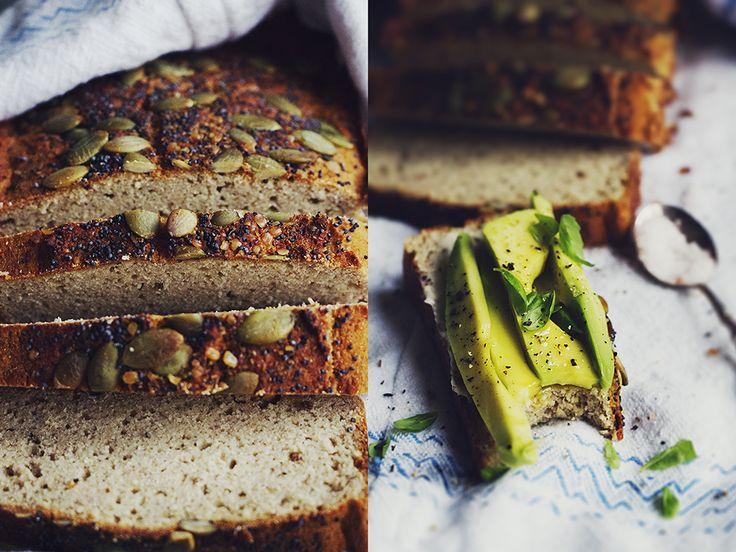 Apropå favoritbröd! Tätt efter lingon – och zucchinibrödet kommer detta som mest bakade bröd av er läsare. Jag kan verkligen förstå varför. Kokos – och bovetemjöl är en riktigt smarrig kombo i bröd och det här är verkligen så lättlagat det kan bli. Swisha ihop alla ingredienser i en bunke, ner i en brödform, skjuts in i ugnen, vänta 35-40 min – färdigt! INGREDIENSER ger... Läs mer