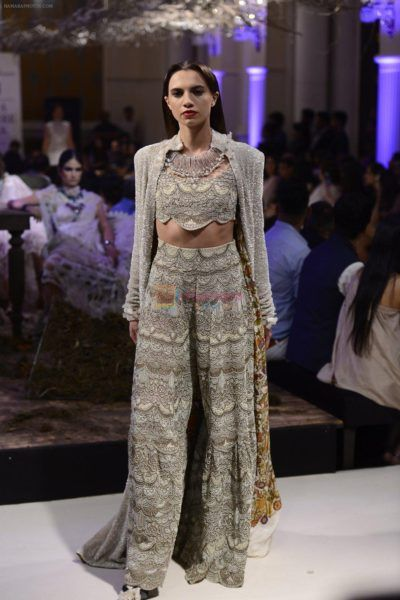 Day 3: Divya Kumar Khosla and Yami Gautam as Showstoppers at Indian Couture Week 2016 - Eventznu.com