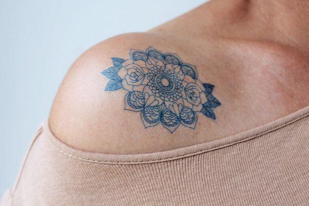 2 Mandala Temporäres Tattoos mit eine Rose  Die Größe der Tätowierung ist 6 x 6 Zentimeter für ein Motiv.  Durchschnittlich halten die Tattoos 2-5 Tage.  Wenn das temporäre Tattoo nass wird...