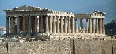 El Partenón fue construido para agradecer a los dioses la victoria sobre los persas y diseñado para albergar la estatua de oro y marfil de Atenea Parthenos esculpida por Fidias. Se ubica en la Acrópolis ateniense. El Partenón mide 69.5 por 39 m. y está construida casi exclusivamente de mármol blanco del monte Pentélico. Tiene en total 46 columnas externas y 19 interiores de 10.4 m. cada una.