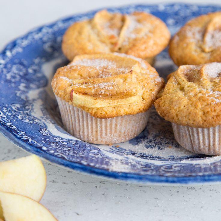 Äpfel und Zimt sind seit jeher ein unschlagbares Team. Statt im großen Kuchen gibt's das köstliche Duo hier im handlichen Miniformat - in kleinen Muffins.