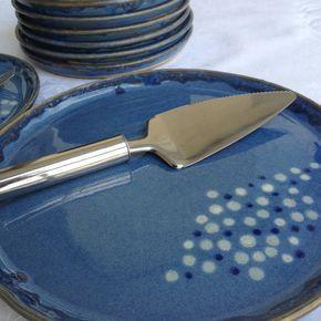 Conjunto de pratos em cerâmica esmaltada para sobremesa, com: <br>1 prato para bolo - 26 cm de diâmetro <br>6 pratos para sobremesa - 17 cm de diâmetro <br> <br>Pode ser feito em cores diferentes, consulte o preço para outras quantidades. <br> <br>As peças são produzidas artesanalmente e podem conter variações de cores e tamanhos.