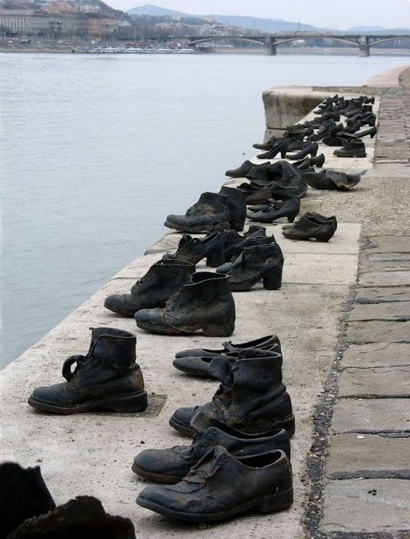 Старые ботинки на берегу Дуная: памятник жертвам холокоста в Будапеште