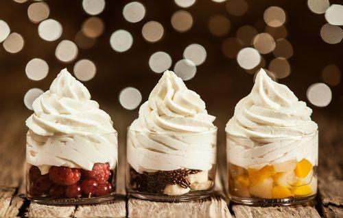 Milujete zmrzlinu, ale chtěli byste mlsat zdravěji? Tak vyzkoušejte mražený jogurt. Požitek je naprosto srovnatelný, zato množství kalorií na jednu porci výrazně nižší.