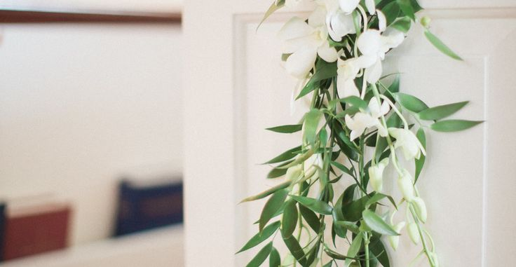 We love any excuse to stare at an Oscar de la Renta wedding dress, but this wedding takes all the glamour to a seaside setting in Naples, Florida. Think all white florals, a classic church ceremony an...