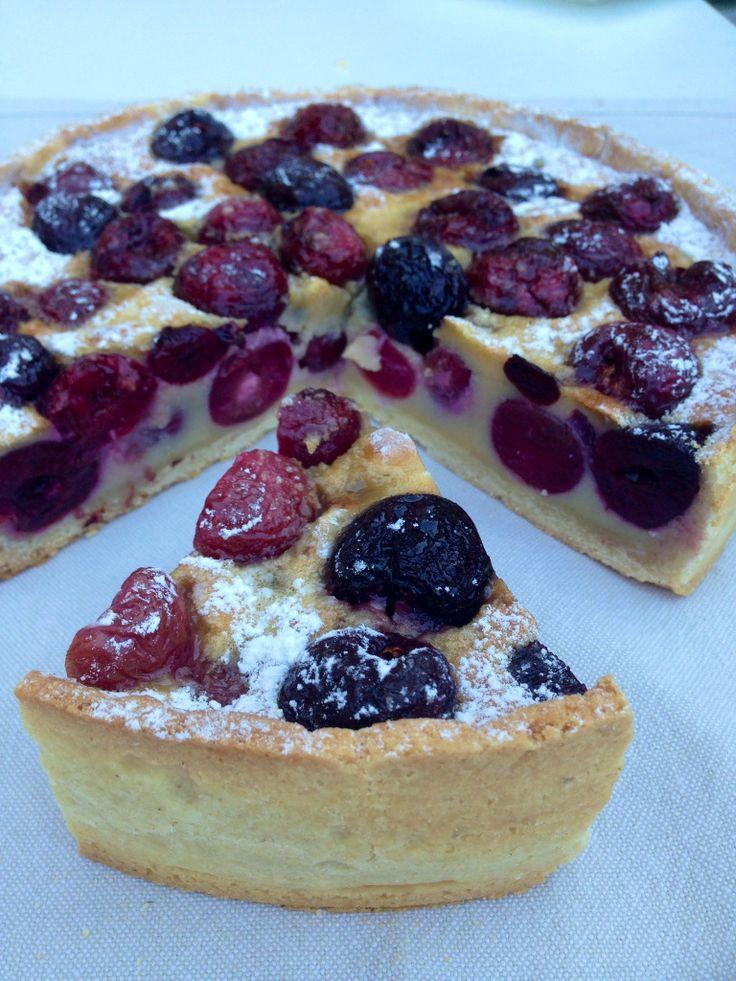 clafoutis de cerezas. tarta de cerezas francesa