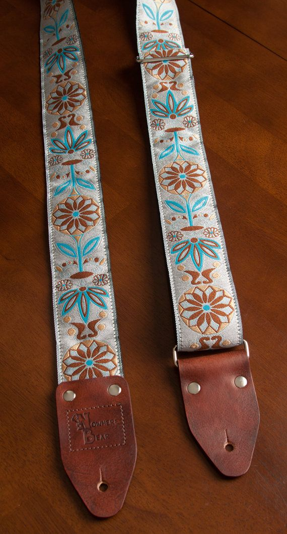 Sangle de guitare Floral de lumière bleu/Tan par nowherebearstraps