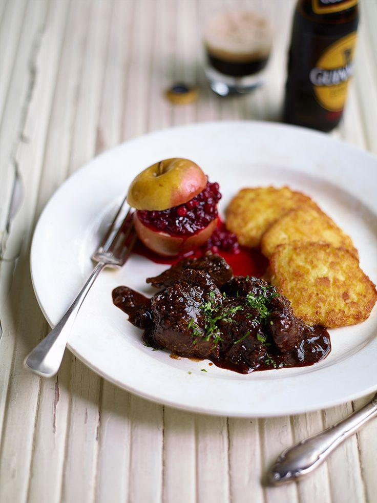 Stoverij van everzwijn met Guiness, appeltje met veenbessenconfituur en rösti http://dlhz.be/ZtN6y2
