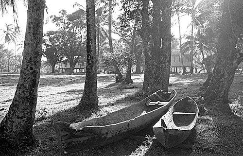 """la Laguna de Karata. Esta se encuentra aproximadamente a 17 millas del muelle de Bilwi (Puerto Cabezas) y su nombre se debe a una planta que existía en el extremo agudo de la comunidad Kara, que servía para coser la ropa y luego desapareció por las consecuentes erosiones de la costa. La terminación """"ta"""" es una palabra miskita* que significa 'punta'"""