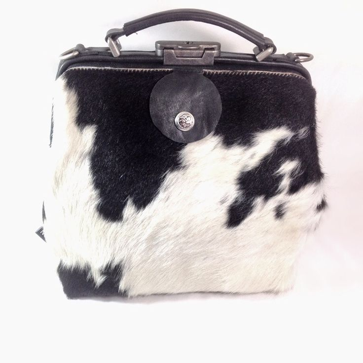 Stoere tas, koeienhuid, zwart wit, rundleer, cowhide, black and white, leather bag. Label Tuttinero.