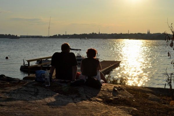 Picnics are a must in summer - and why not even during winter time? #Helsinki offers many cool and peaceful places for this. Maybe you will find your new favourite place from this blog post? Photo: Kathrin Deter #picnic #summer #sea #relaxing