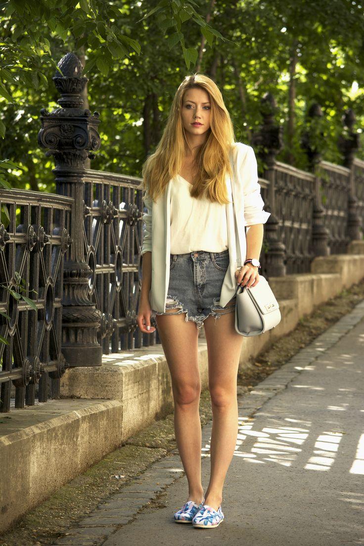 Shoes – Toms / Bazer – Mango / Top – Zara / Short – Shesinside / Bag – Jessica Buurman.