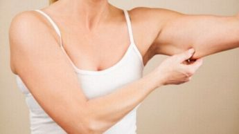 Last van slappe armen? Of wil je je armen meer vorm geven? In dit artikel delen we de beste oefeningen voor strakke armen, die je thuis kunt uitvoeren.