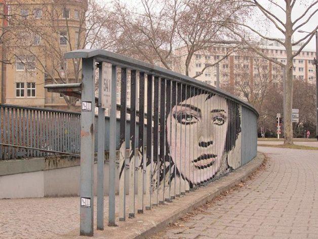 São de Mannheim, na Alemanha, mas têm espalhado sua arte um pouco por todo o mundo. A dupla de grafiteiros conhecida como Zebrating tem uma forma muito particular de colorir as ruas das cidades – eles pintam em grades, o que obriga a dividir as obras em várias partes e faz com que só os mais atentos consigam vê-las.