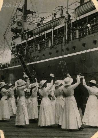 Women welcome home a hospital ship of WWI ANZAC veterans