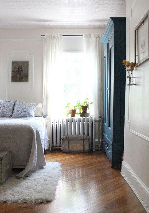Pretty bedroom.: Bedrooms Decoration, Bedrooms Design, Simple Bedrooms, Hardwood Floors, Design Bedrooms, Design Sponge, Bedrooms Interiors, Bedrooms Floors, Bedrooms Furniture