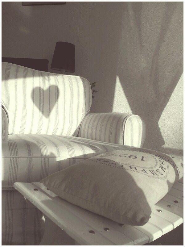 De schaduw van het raam hartje viel zo mooi op de rugleuning van de luie stoel