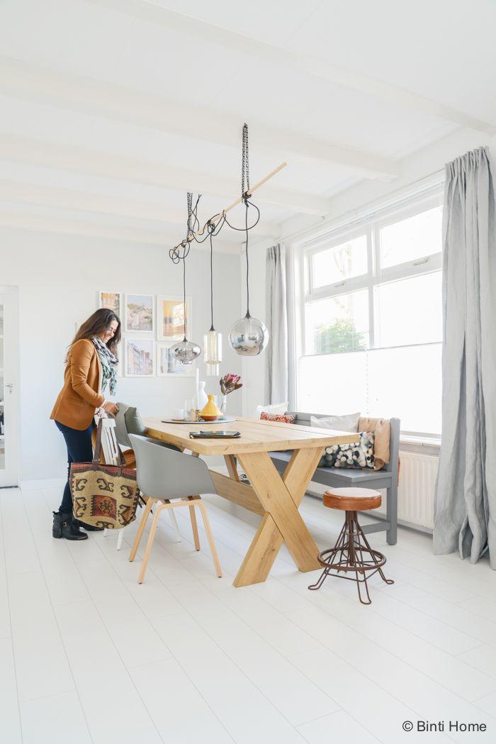 Binti Home Blog // eettafel hout, house doctor lampen, grijze gordijnen