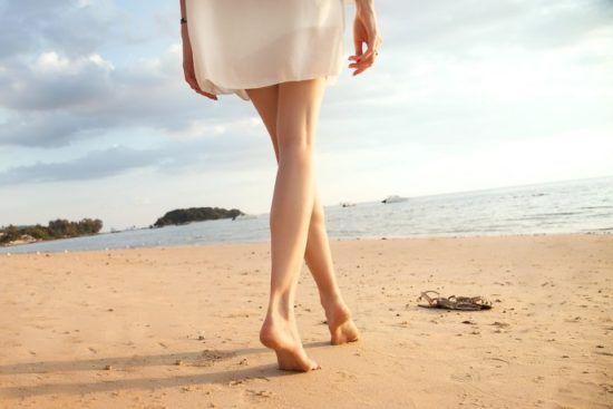 Pour de belles jambes, gommage, hydratation et (éventuellement) épilation sont nécessaires. Évitez les produits toxiques avec ces solutions naturelles.