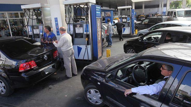 En medio de la apertura de urnas y el recuento de los votos, las petroleras decidieron avanzar con un nuevo aumento en el precio de los combustibles . Desde esta mañana, YPF (tiene el 55% del mercado) y Shell concretarán un incremento promedio de entre 9,5 y 10% en todos sus productos, y se espera que en las próximas horas sigan sus pasos el resto de las petroleras: Axion y Petrobras.   #AUMENTO NAFTAS
