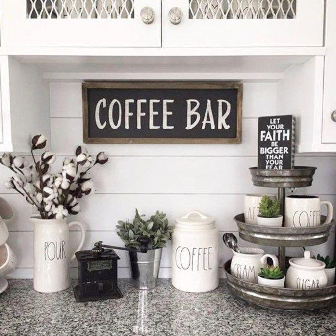 Schöne Kaffee-Bar Ideen auf dieser Küchentheke. Liebe die Rae Dunn Cof