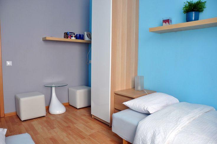 Pokój niebieski posiada wygodne pufy i miejsce zeby wypic hetbate,kawe  http://www.rainbowapartments.pl/pokoj-niebieski/