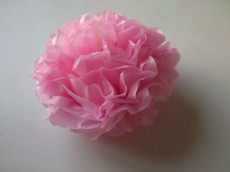 http://manualidades.facilisimo.com/ Os mostramos un tutorial para conseguir un pompón de papel de seda perfecto para decorar cualquier habitación o fiesta. ¡...