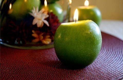 Auch wenn es sich schon seit Ewigkeiten wie Herbst anfühlt (Sommer waren früher doch immer heiß, so richtig heiß, oder?), wir haben gerade so noch Sommer und den verbringt man ja am liebsten draußen oder sitzt und isst gemeinsam mit Freunden und Familie. Und als Kreative Idee für einen Kerzenhalter stellen wir euch heute das DIY für einen Kerzenhalter aus einem Apfel vor. Dieses DIY passt natürlich auch Super in den richtigen Herbst, oder als Dekoration für Erntedank. Oder oder oder … ...