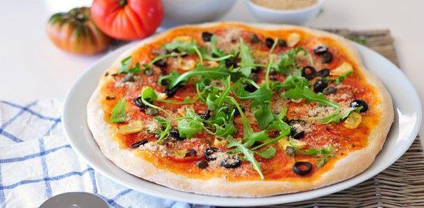 Knusprige Pizza Puttanesca vegan