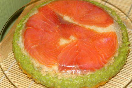 Суши-торт с красной рыбой  Рис - 300 г. Филе лосося соленого или копченого - 150 г. Яйца - 4 шт. Авокадо - 1 шт. Морковь - 1 шт. Соевый соус - Рисовый уксус (или белое сухое вино) - Маринованный имбирь - 1-2 ст.л. Вассаби - по вкусу. Оливковое масло - 1-2 ст.л. Сахар - 1 ч.л.