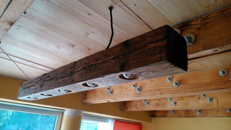 Svetlo z dreveného trámu. Zvyšok starého dreva treba recyklovať.