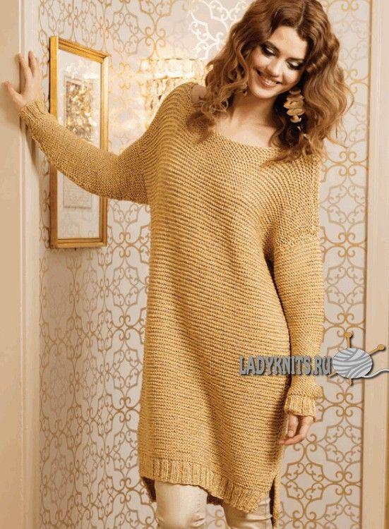 Вязаное спицами модное платье-свитер