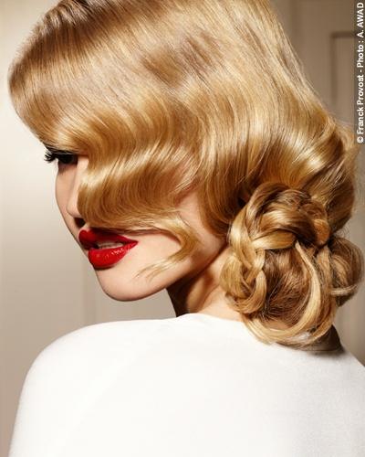 Un peinado glamour: la trenza desenfadada, se mezcla con los largos para formar un recogido bajo. Las ondas al agua se dejan caer hacia el mismo lado para un acabado sofisticado.