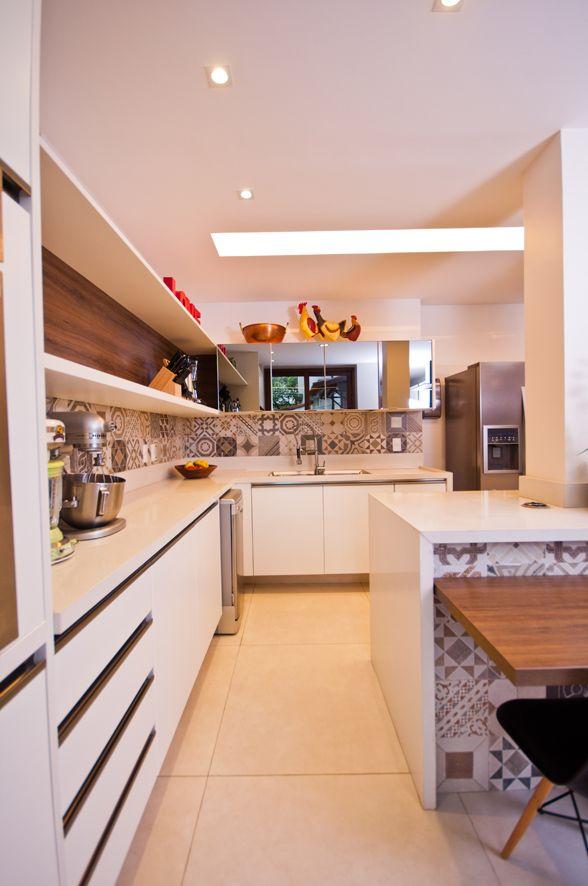 Cozinha Gourmet. Projeto Adoro Arquitetura para a residência Jardim Pernambuco no Leblon - Rio de Janeiro #decor #cozinhas #kitchens