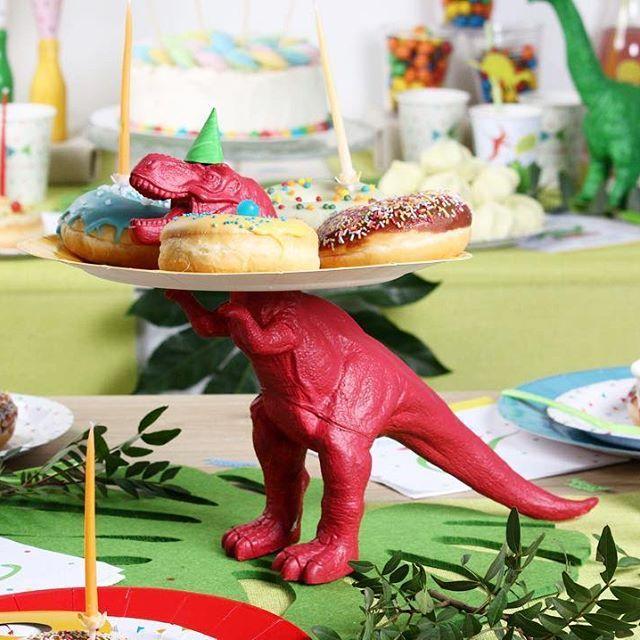ROAAAR !   Dimanche dernier, la bande annonce de Jurassic World 2 a été dévoilée durant le Super Bowl  Ca nous a donné quelques idées...  @hillsdonuts   #MesaBella #jurassicworld #superbowl #jurassicworld2 #dinosaure #donuts #food #foodporn #foodlover #mood #moodoftheday #party #celebration #tablesetting #tableware #vaisselleephemere #movie #film #cinema #dino #fun #happy #lille #foodlover #beignet #chocolate #decoration #tabledecor #decodetable #picoftheday #photooftheday