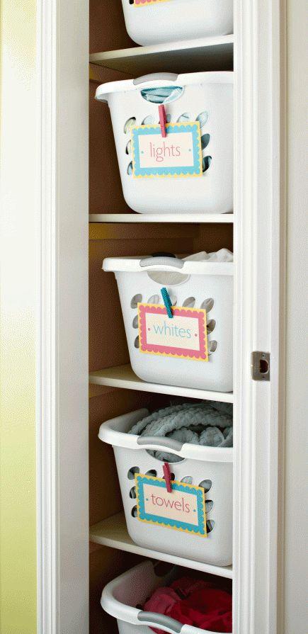 Beschriftete Körbe zur Wäschesortierung
