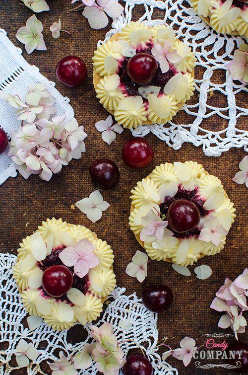 Obowiązkowy deser w sezonie wiśniowym! Pyszne, rozpływające się w ustach migdałowe ciasto z wiśniami i kremem patissiere z wodą z kwiatu pomarańczy i kardamonem. Robiłam je dwa razy, najpierw z innym kremem, ale ten wygrał pod każdym względem. Ciasto jest delikatne, ale pełne smaków i aromatów. To było moje pierwsze podejście do wody z kwiatu […]