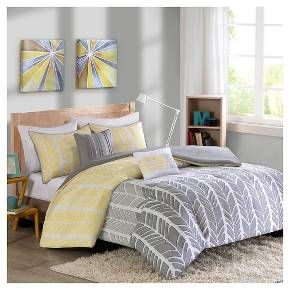 • Bold chevron feather pattern<br>• Contemporary color scheme<br>• Super-soft microfiber construction<br>• Button closure<br>• Machine washable<br>• Available in standard mattress sizes<br>• Includes: duvet cover, 2 shams & 2 decorative pillows (1 sham included with twin size)<br><br>You'll relish the bold style and contemporary charm of the Amanda, Feather Chevron Print Duve...